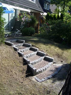 Treppe mit Stufen aus Mosaikpflaster und Wangen aus Granitstelen