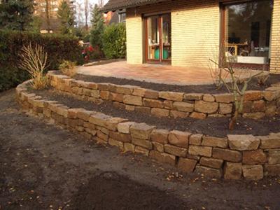 Trockenmauer zum Abfangen der Terrasse
