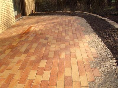 Terrasse in einer Klinker- Mosaikpflasterkombination